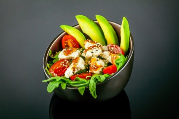 Chicken Salat mit gegrillten  Chicken , Rucola ,Avocado, Cokteiltomaten  und Sesam