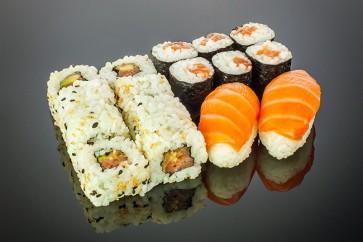 Sacke Menü / 2 Sake Nigiri, • 6 Sake Maki, • 8 Alaska Rolls )