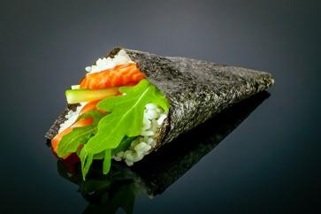 Sake Temaki  mit Lachs, Avocado, Gurke und Rucola