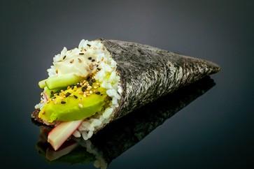 California Temaki  mit Surimi, Avocado, Gurke und Mayonnaise