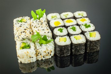 Vegetarisches Menü ( 3 Maki Rucola, • 3 Maki Avocado, • 3 Maki Oshinko, • 3 Maki Kappa, • 8 Rucola Rolls Inside Out )
