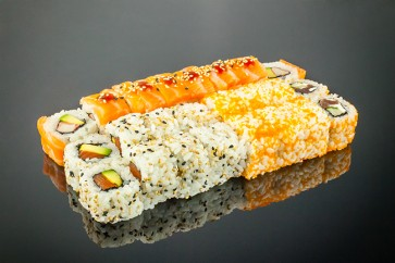 Yamamoto Menü  ( 8 California Rolls mit Lachsmantel, • 8 Alaska Rolls mit Sesam, • 8 Tekka Rolls mit Masago)