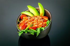 Sake Sashimi Salat   ( Rucola, Avocado, Cocktailtomaten, Lachsfilet und Sesam )