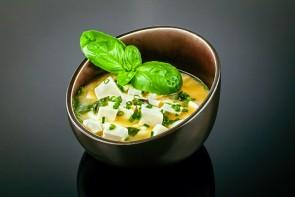 Misosuppe  ( mit typischen Gewürzen, Tofu, Seetang und Frühlingszwiebeln )