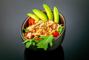 Gebratene Lachs Salat mit Avocado, Rucola,Cocktailtomaten und Sesam