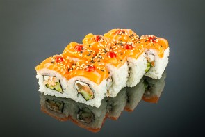Spicy Lachs Roll  ( 8 Stuck) mit Gebratene Lachs, Gurke ,Frischkäse ,Lachs on Top