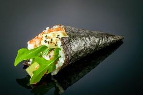 Ebi Temaki  mit Gurke, Mayonnaise, Avocado, Garnele und Rucola