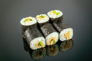 Maki Tuna ( 6 Stück) mit gebratenem Thunfisch, Frühlingszwiebel und Cocktail-Mayonnaise