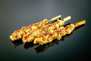 Yakitori (3 Stück)  gegrillte Hühnerspieße mit Teriyaki-Sauce und Sesam