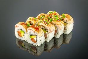 Yamamota Roll    ( 8 Stück)  mit Lachs, Avocado, Frischkäse, Thunfisch, Lachs on Top und flambiert